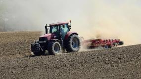 susza, pole, ciągnik, raport IUNG, rolnictwo